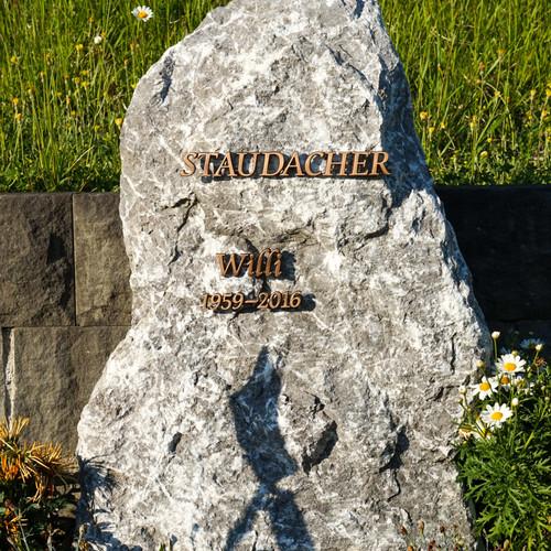 Felsen aus Grüntenstein mit Bronzeschrift